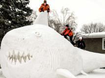 Jóvenes crean impresionante tiburón de nieve