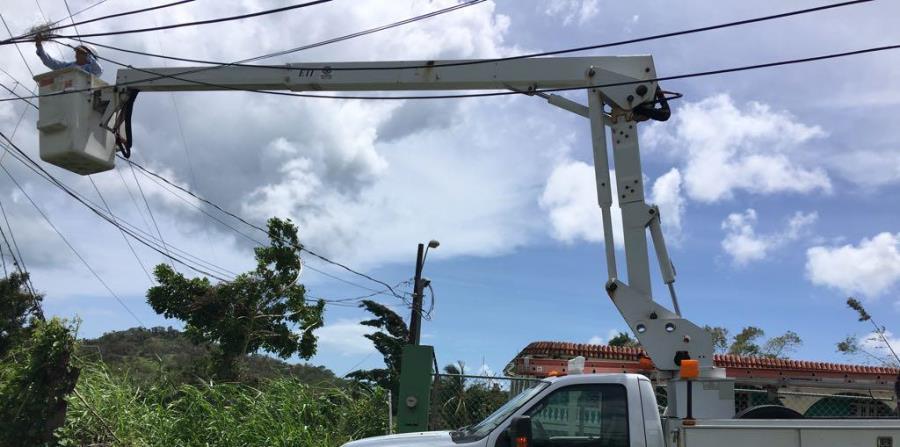 Brigadas de Liberty trabajan junto a la AEE para reponer los servicios de electricidad, cable e internet. (horizontal-x3)