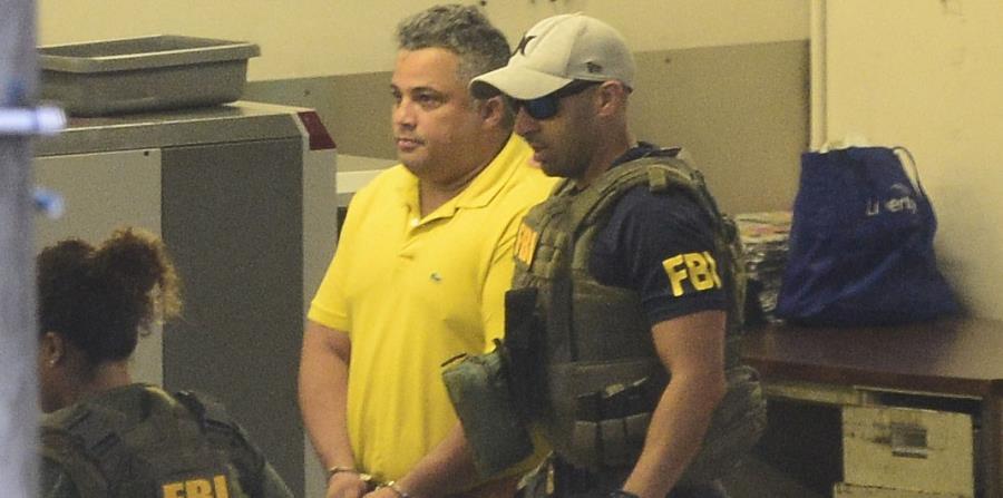 En la imagen se aprecia a uno de los agentes detenidos esta madrugada por el FBI. (horizontal-x3)