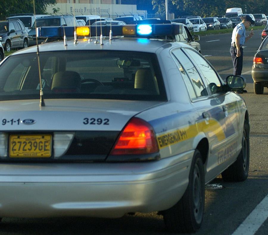 Un agente de la Policía detiene el tránsito. (GFR Media) (semisquare-x3)