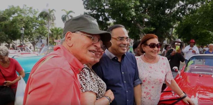 El artista Gilberto Santa Rosa posa junto a su fanaticada en Cuba. (horizontal-x3)
