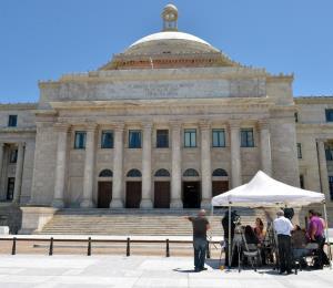 Residentes de Vieques se manifiestan frente al Capitolio