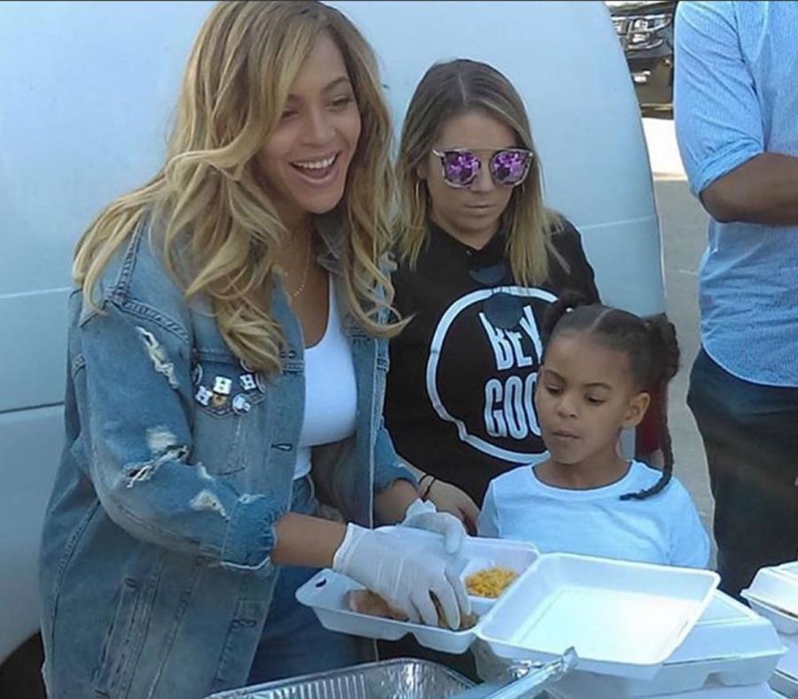 Beyonce, junto a su hija Blue Ivy, reparte comida a las víctimas de Harvey. (Captura / Twitter) (semisquare-x3)