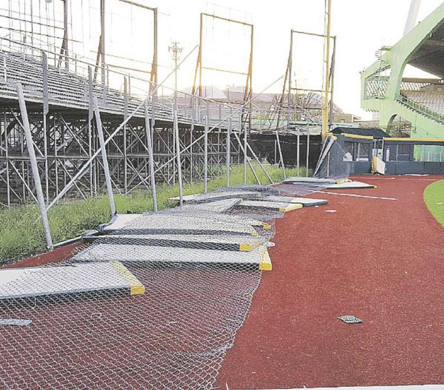 Vista parcial de algunos de los daños causados por María al estadio de la capital. (semisquare-x3)