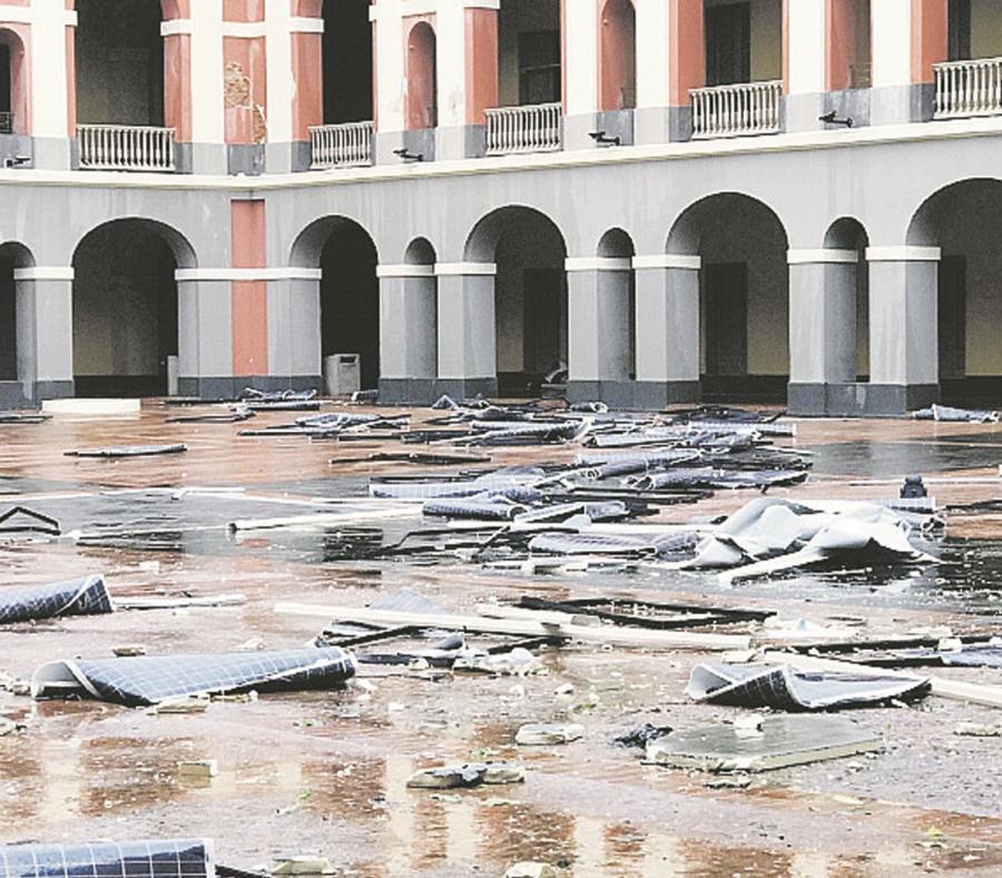 Las placas fotovoltaicas de la azotea del Cuartel de Ballajá quedaron esparcidas por el patio del edificio. (Suministrada) (semisquare-x3)