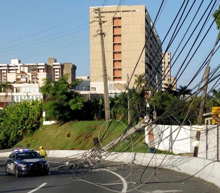 Una patrulla de la Policía alerta del cierre de una carretera. (Imagen tomada del Twitter de la AEE) (semisquare-x3)