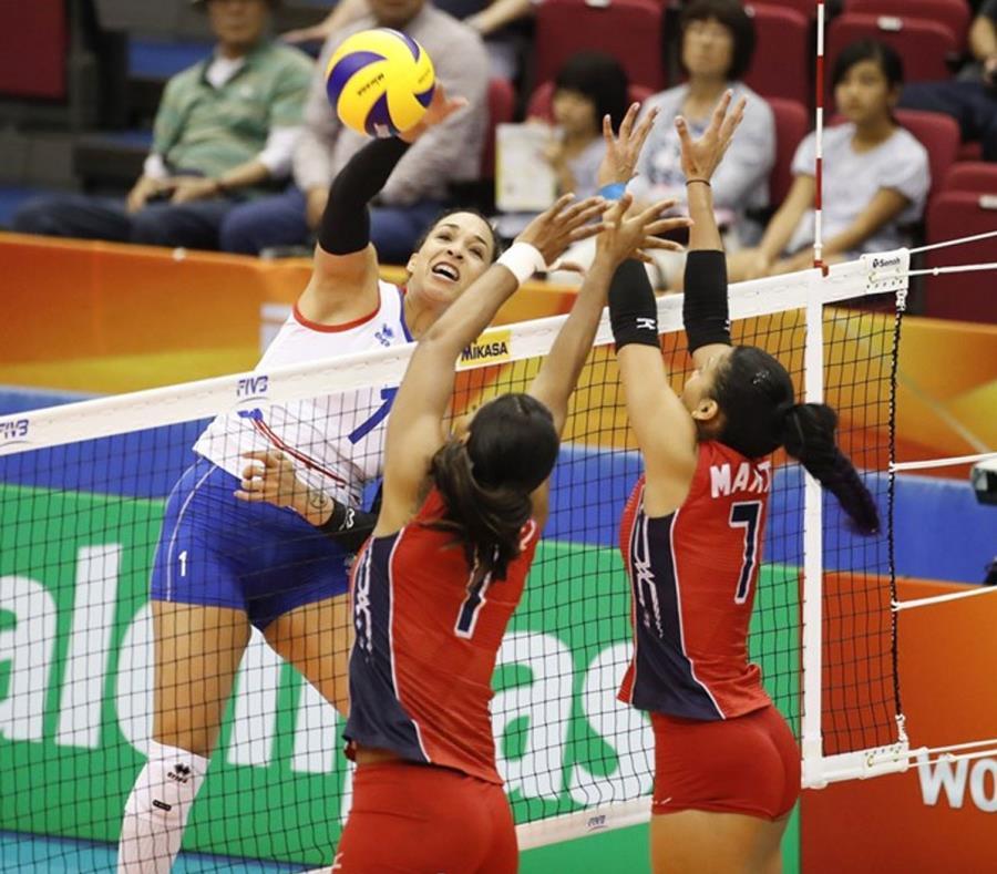 Una de las jugadas de la Selección Nacional se enfrenta a dos jugadoras del equipo de la República Dominicana. (Suministrada) (semisquare-x3)