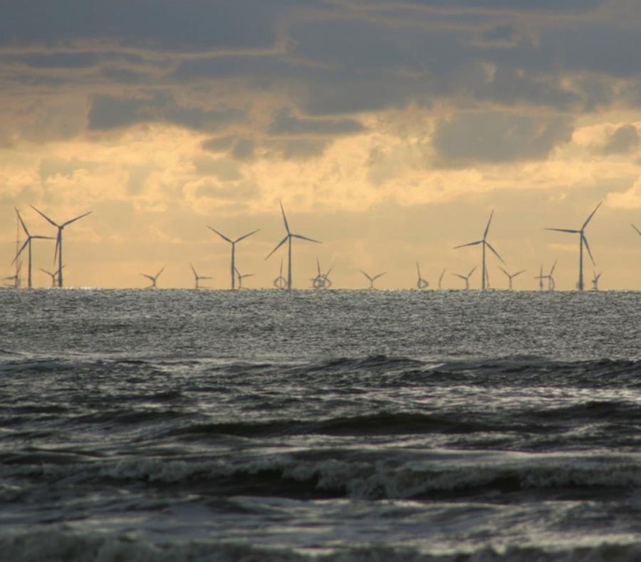 En la imagen se observan los molinos de vientos ubicados en el medio del océano. (Archivo) (semisquare-x3)