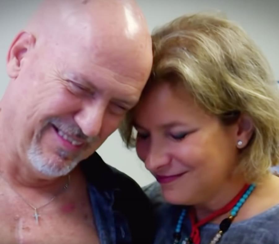 Camilo Valencia y Zorimar Betancourt  se abrazan tras escuchar los latidos del corazón de Stefano. (Imagen del vídeo) (semisquare-x3)