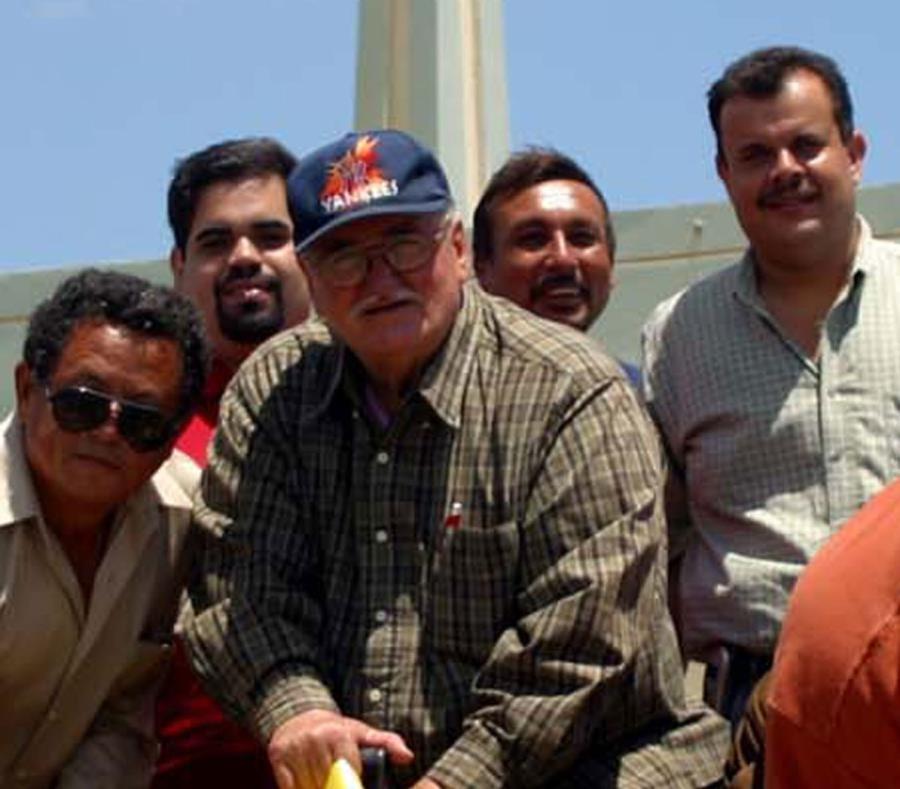 Frankie Hernández Jové (al centro con gorra)  murió a los 87 años. (GFR Media) (semisquare-x3)