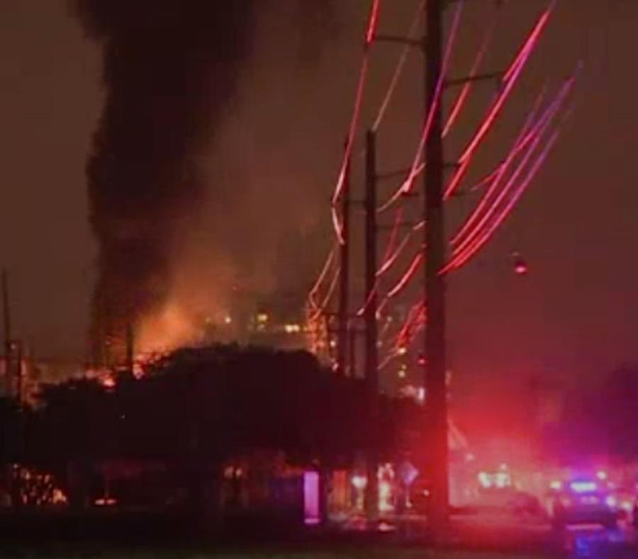 El incendio se registró cerca de las 8:00 p.m. (AP) (semisquare-x3)