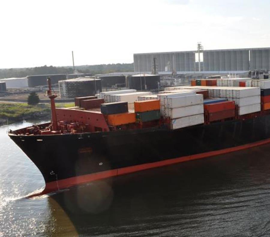 Bajo las normas federales de cabotaje, el transporte de carga entre los puertos de Estados Unidos y Puerto Rico tiene que hacerse en barcos de bandera, propiedad, matrícula y abrumadoramente de tripulación estadounidense (semisquare-x3)
