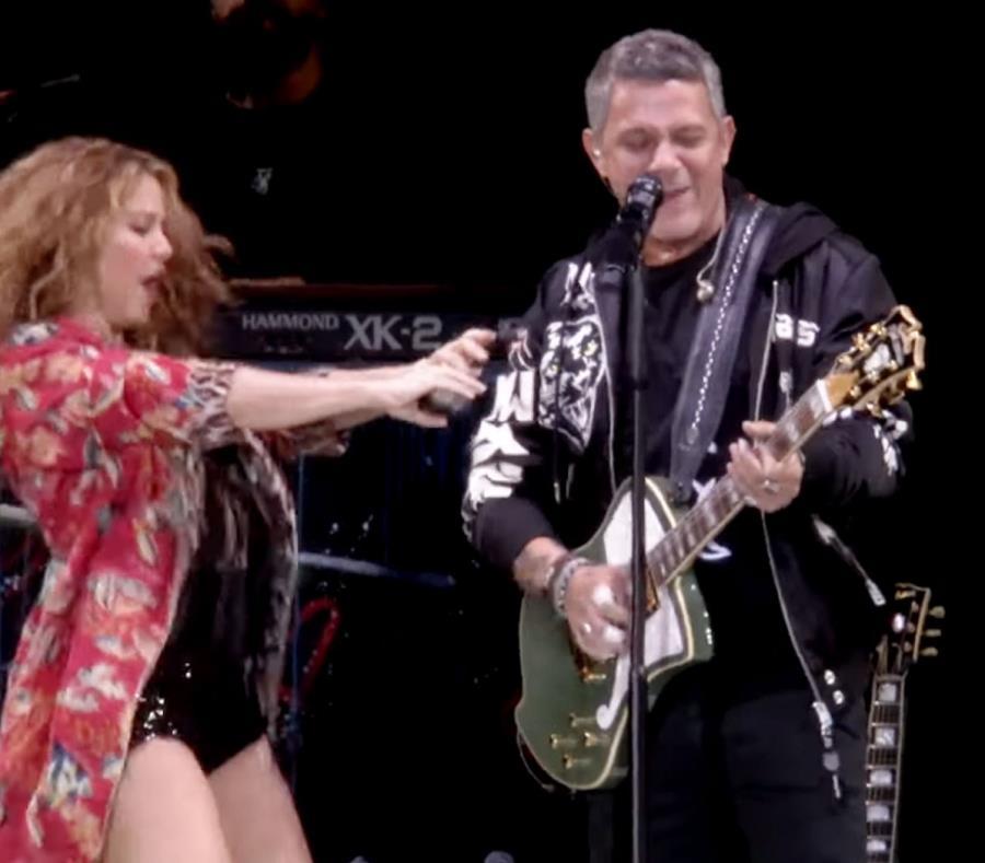 Shakira cantó y bailó junto a Alejandro Sanz. (Imagen tomada del vídeo) (semisquare-x3)