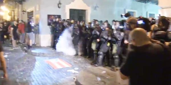 La Policía lanza gases lacrimógenos a los manifestantes frente a La Fortaleza