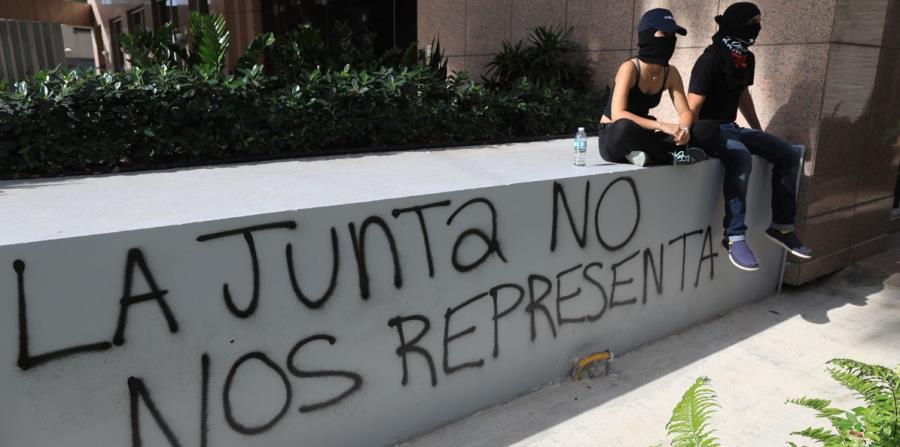 Manifestación en contra de la Junta de Supervisión Fiscal en el World Plaza, en la Milla de Oro, Hato Rey. (horizontal-x3)