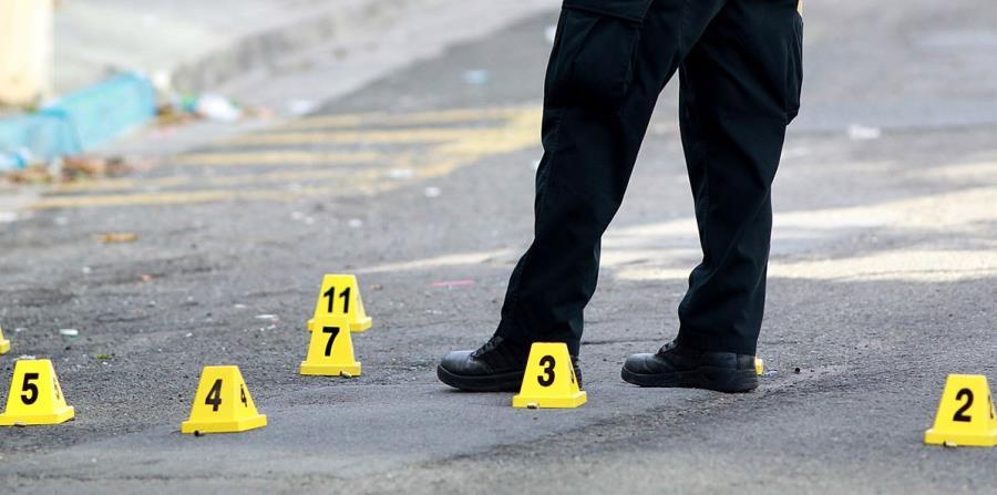 La Policía investiga la escena. (horizontal-x3)