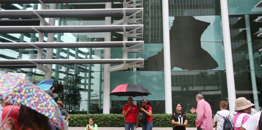 Vista de uno de los cristales roto en el edificio del Banco Popular. (horizontal-x3)