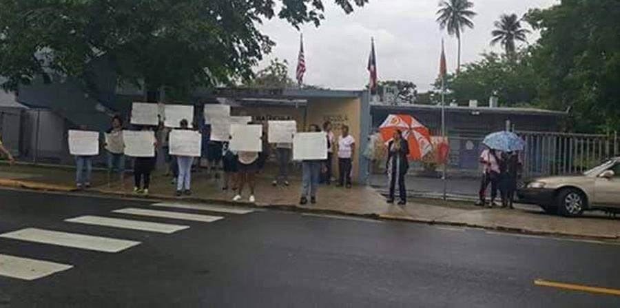 La manifestación lleva cuatro días frente a los portones de la escuela Jobos de Loíza. (horizontal-x3)