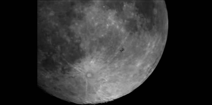 La Estación Espacial Internacional orbita la Tierra a unas 17,500 millas por hora, por lo que para captarla sólo se tienen fracciones de un segundo. (horizontal-x3)