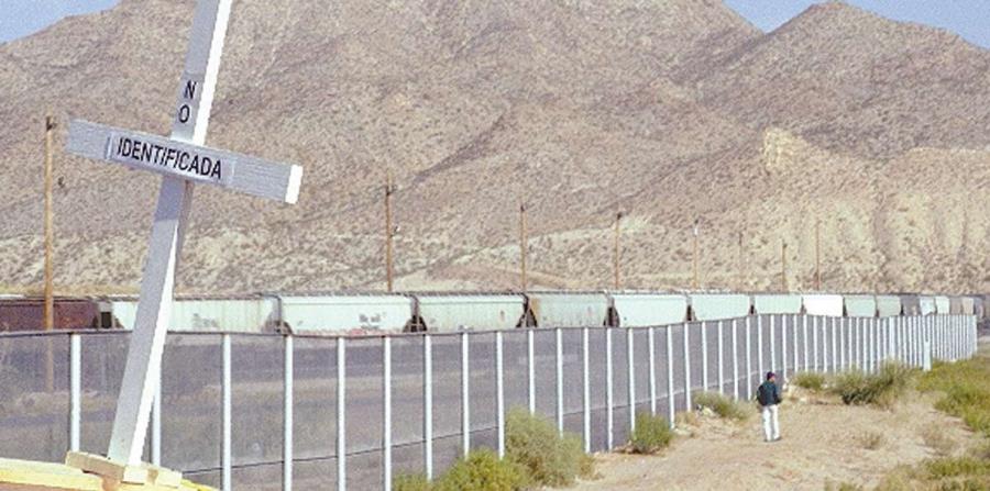 Una persona camina al lado de una sección del muro en la frontera entre México y Estados Unidos. (horizontal-x3)