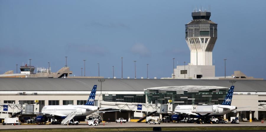 Vista de la pista del aeropuerto internacional Luis Muñoz Marín. (horizontal-x3)