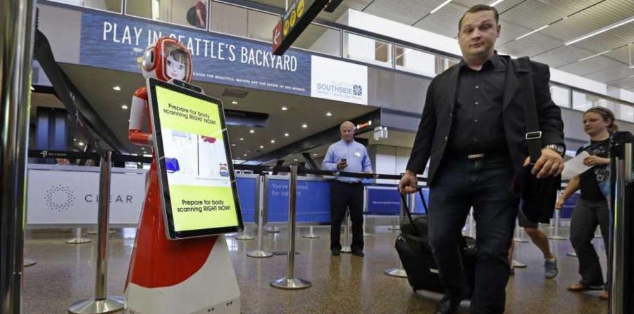 Robot asiste a viajeros en el aeropuerto de Seattle (horizontal-x3)