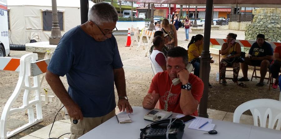 La lista de espera ayer en la tarde para hablar con sus familiares era de 184 personas (horizontal-x3)