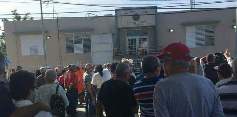 Los residentes del barrio Barinas marcharon hasta la Oficina de Servicio al Cliente de la AEE en Yauco. (Suministrada) (horizontal-x3)