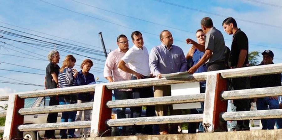 La comisionada González conversó con residentes de la urbanización University Gardens, de Río Piedras, antes de movilizarse hacia Toa Baja. (horizontal-x3)