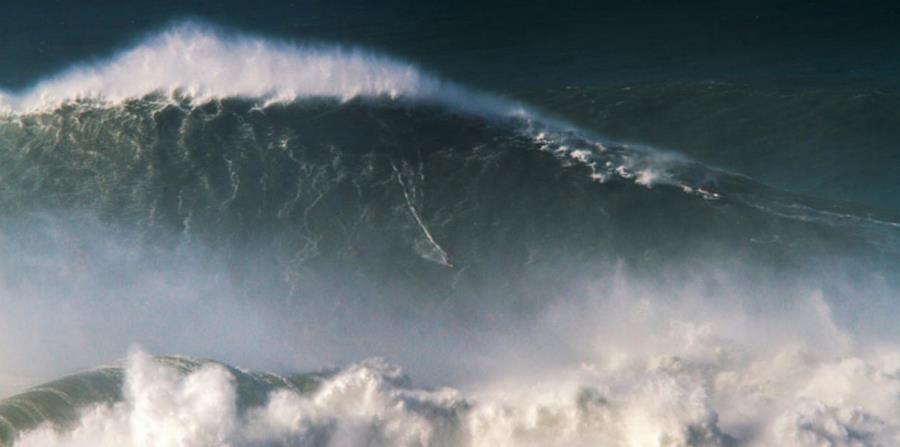 Imagen del momento en que Rodrigo Koxa montó la ola de 80 pies el 8 de noviembre de 2017. (Captura / worldsurfleague.com) (horizontal-x3)