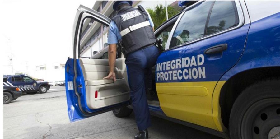 Un agente sale de una patrulla. (GFR Media) Policía (horizontal-x3)