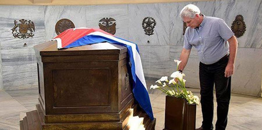 El presidente cubano, Miguel Diaz-Canel, mientras visita la tumba del héroe nacional José Martí. (EFE) (horizontal-x3)