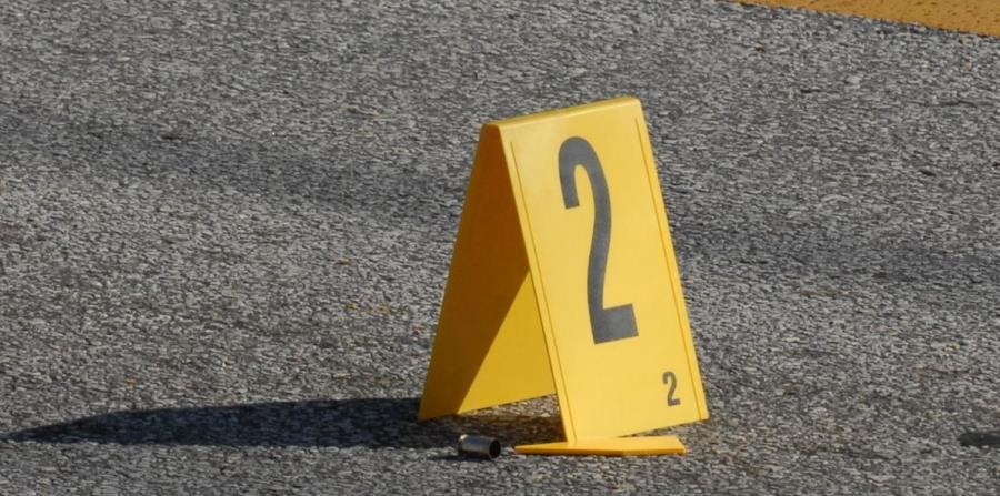 La Policía identifica un proyectil encontrado en la escena de un crimen. (GFR Media) (horizontal-x3)
