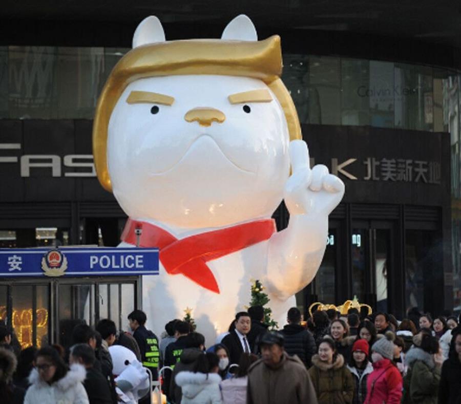 Por Año Nuevo Chino adornan con estatua de perro parecida a Trump