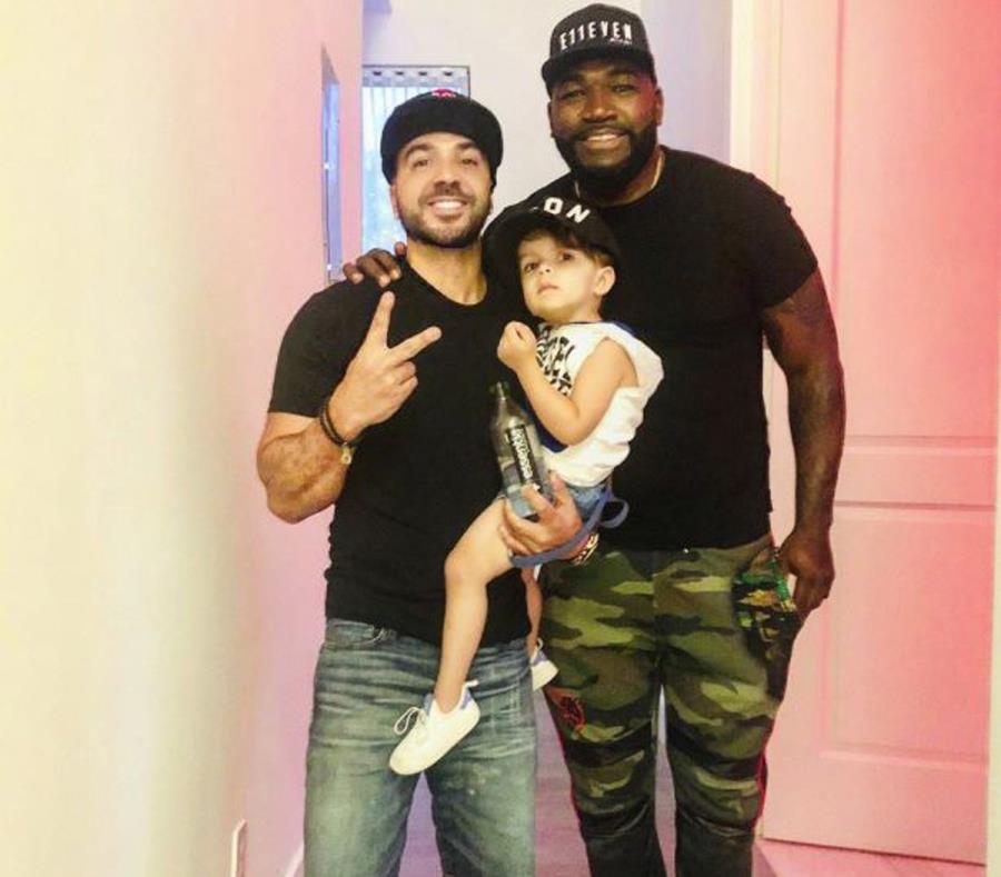 Luis Fonsi, quien aguanta a su hijo, Rocco, junto al exjugador de los Red Sox David Ortiz. (Twitter / Luis Fonsi) (semisquare-x3)