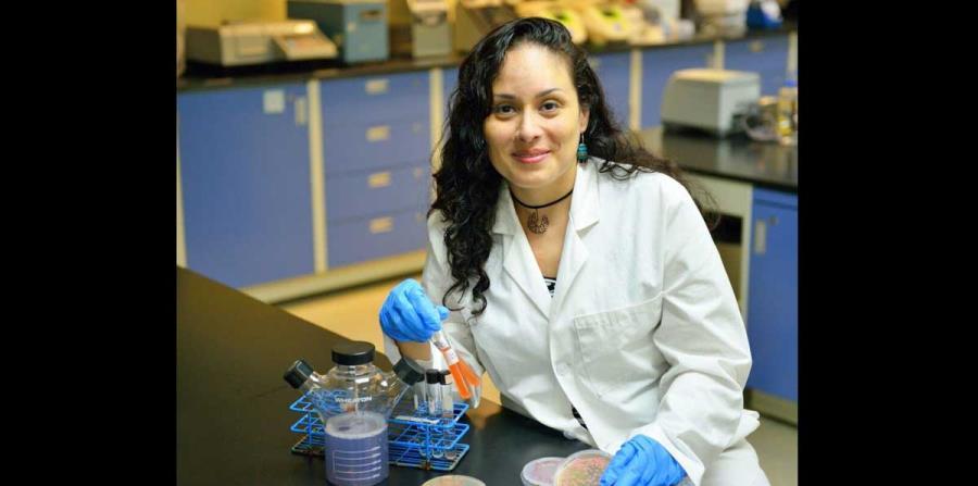 """""""Mi madre inculcó en mí la importancia de la ética, perseverancia y el esfuerzo propio"""", dijo la microbióloga ambiental, Elizabeth Padilla Crespo. (Suministrada)"""