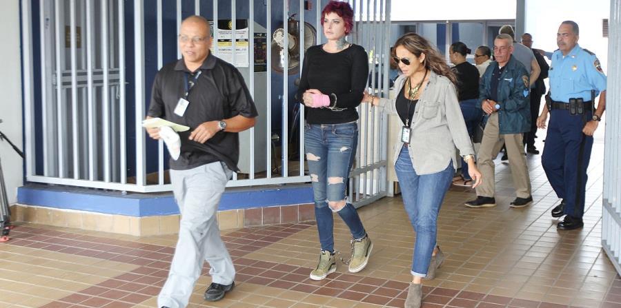 Nina Droz es trasladada por personal de ATF para ser procesada a nivel federal tras su arresto durante la manifestación. (horizontal-x3)