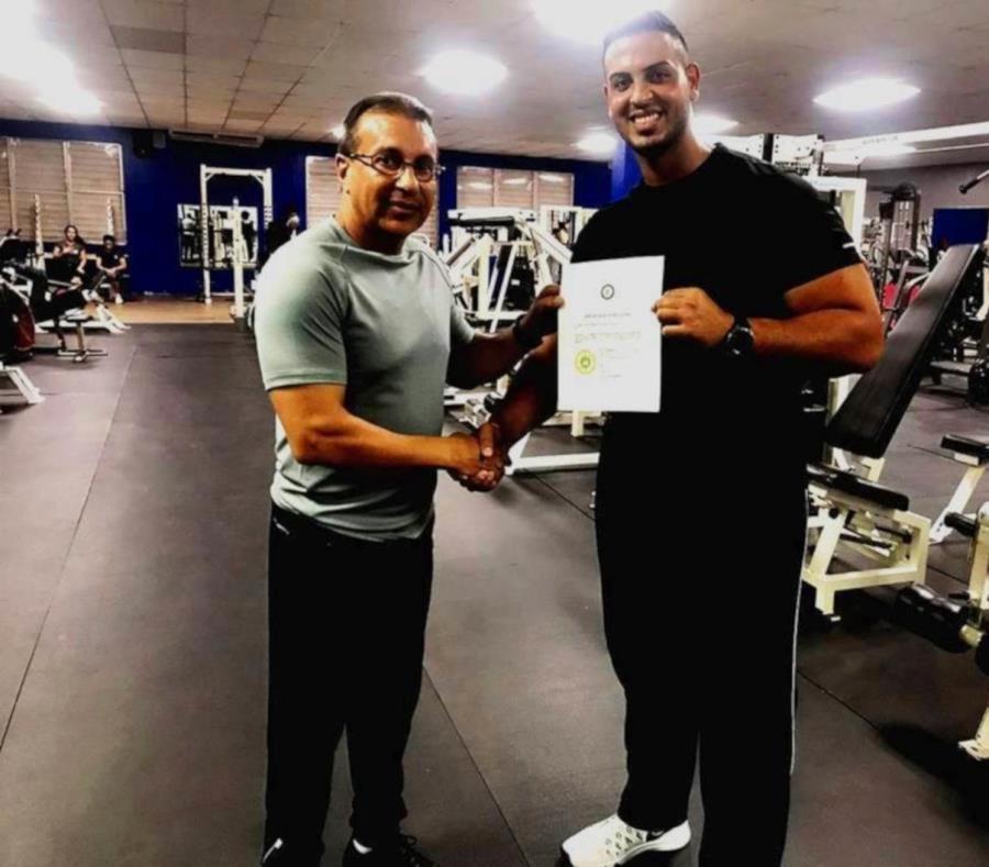 El propietario de Perfect Body Gym, Luis Ángel Acosta Díaz, junto a Jonathan Ayala (Sebastián Guerra), vicepresidente y presidente respectivamente del Humacao Profesional Wrestling Academy. (Suministrada) (semisquare-x3)