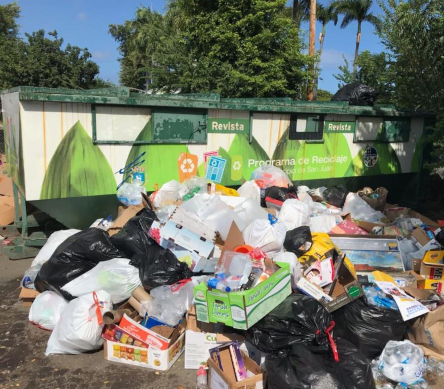 La foto, tomada hoy, domingo, muestra el estado en que se encontraba el contenedor de reciclaje ubicado en el Parque Central. (Suministrada) (semisquare-x3)