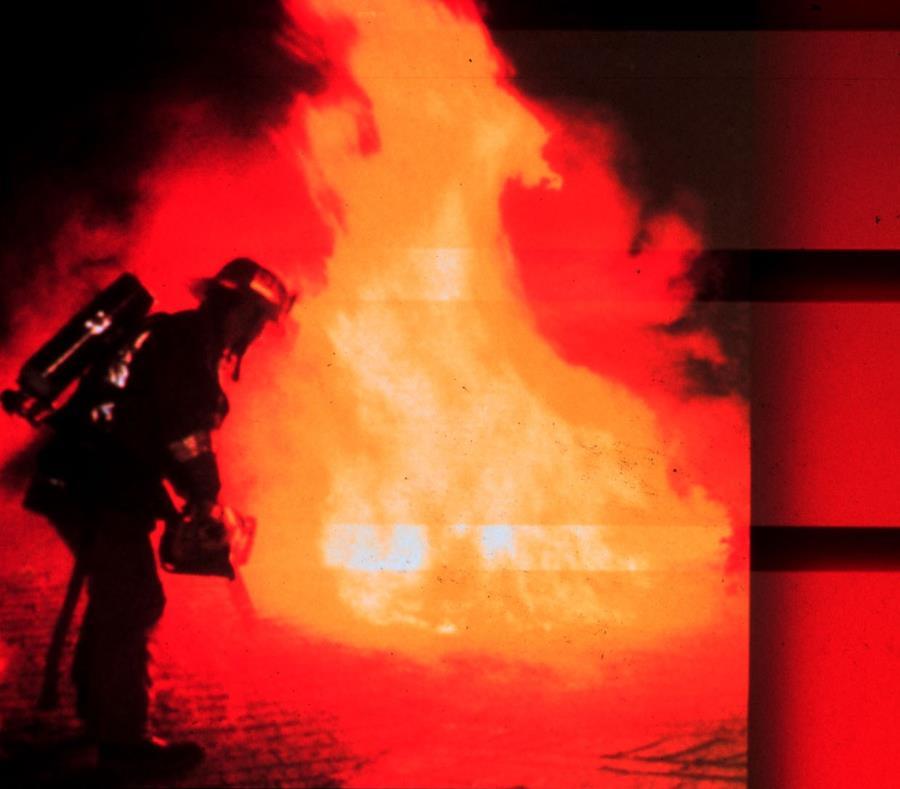 Un bombero intenta extinguir las llamas durante un incendio. (GFR Media) (semisquare-x3)
