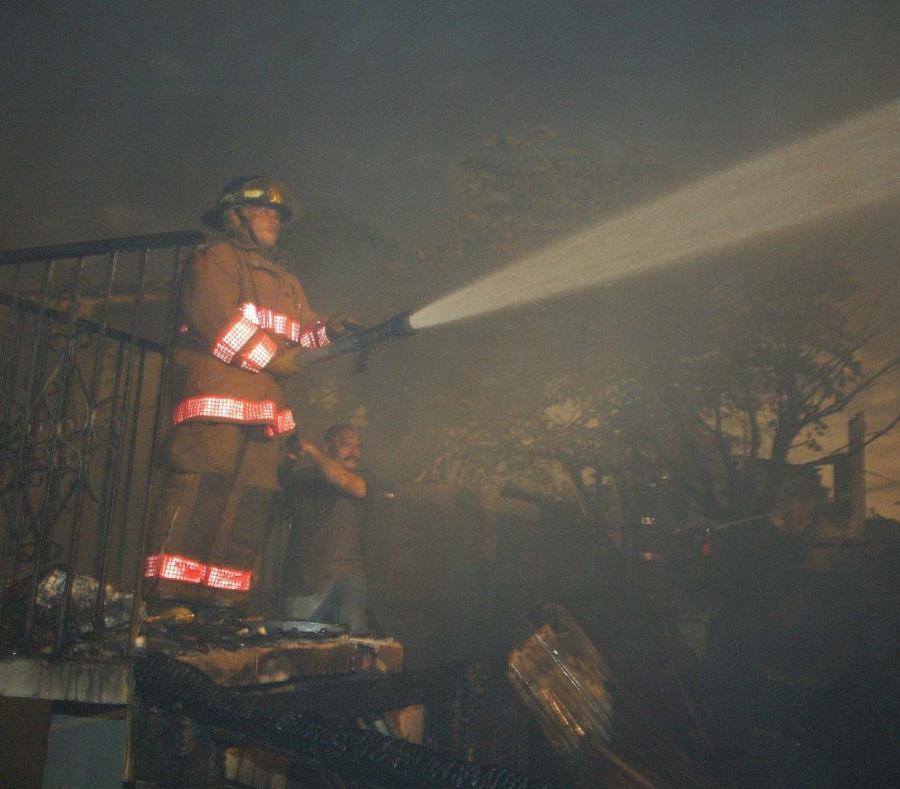 Un bombero combate un incendio. (GFR Media) (semisquare-x3)