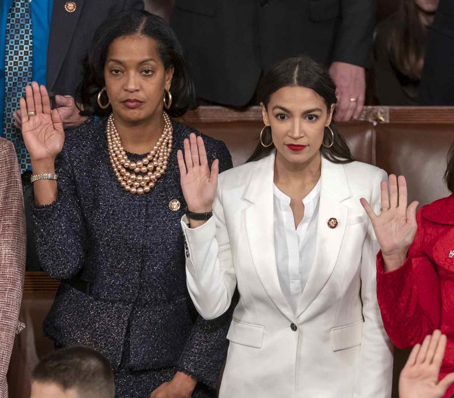 Alexandria Ocasio-Cortez, al centro de blanco, durante su juramentación en el Congreso. (AP) (semisquare-x3)