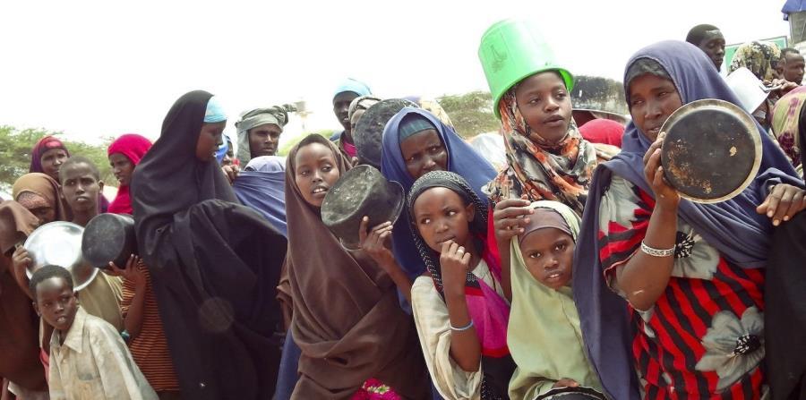 Refugiados somalíes esperan la ayuda humanitaria en largas filas en un campo de refugiados en Mogadiscio, Somalia (horizontal-x3)