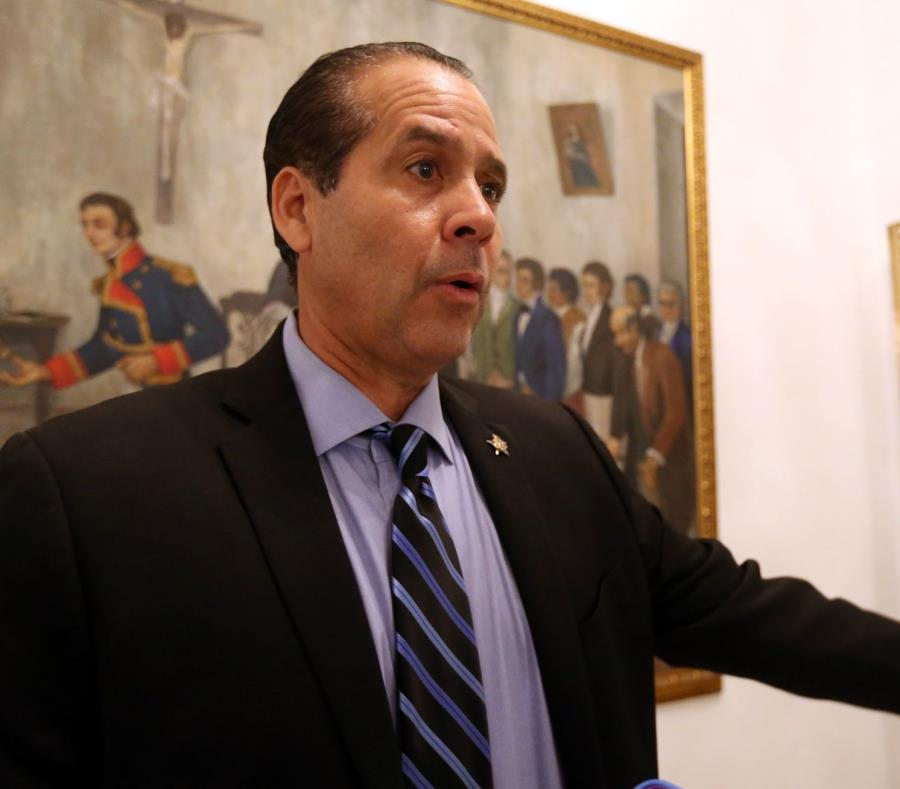 El representante Georgie Navarro (semisquare-x3)