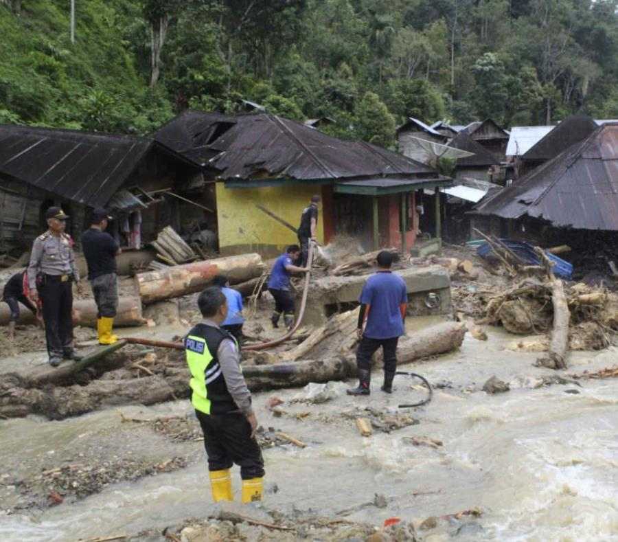 La escena después de los deslaves en el distrito Mandailing Natal en Sumatra. (semisquare-x3)