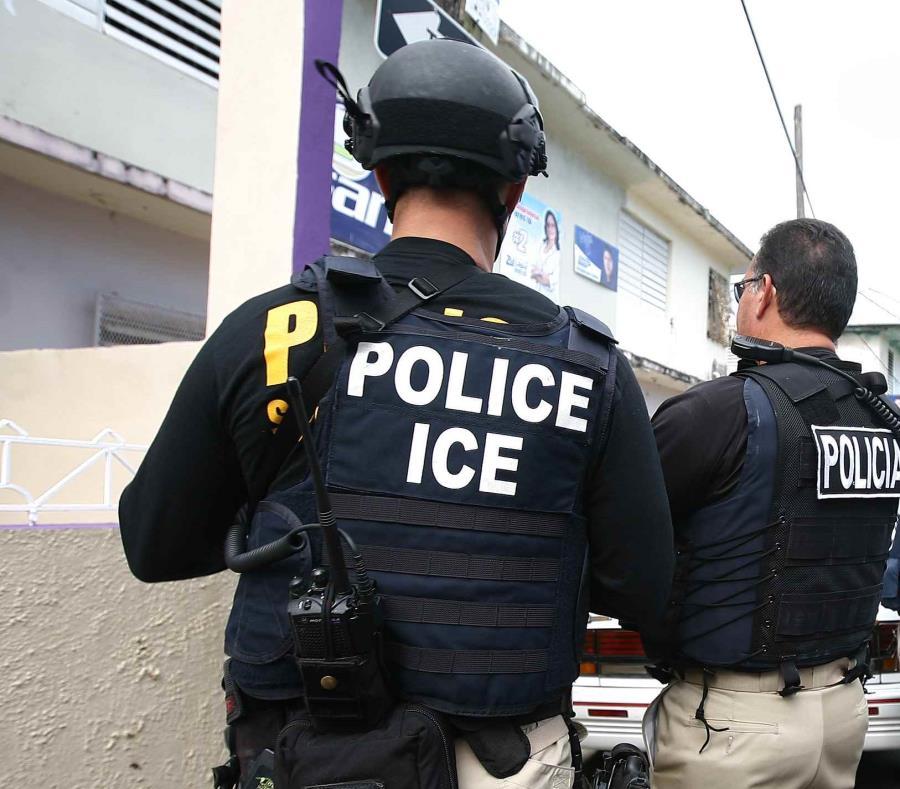 Imagen de agentes del Servicio de Inmigración y Control de Aduanas. (GFR Media) (semisquare-x3)