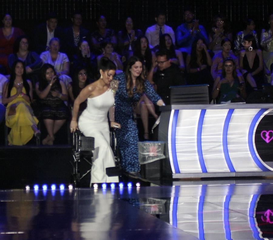 Dayanara Torres fue asistida para levantarse de la silla de ruedas en la que llegó al escenario. (Suministrada) (semisquare-x3)