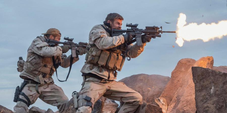 Chris Hemsworth (centro) encarna al capitán Mitch Nelson en la cinta que estrena hoy en la isla. (AP) (horizontal-x3)