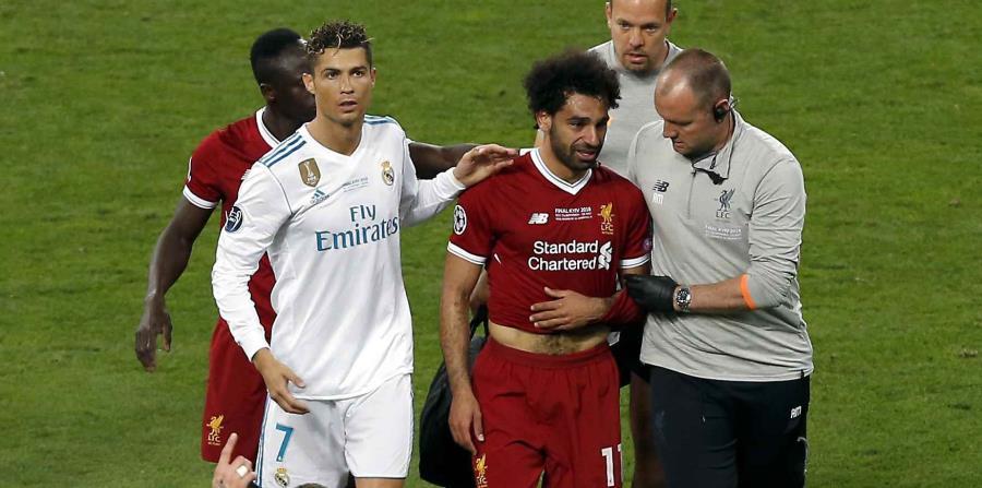 Cristiano Ronaldo (izquierda) del Real Madrid camina junto a Mohamed Salah (segundo a la derecha) del Liverpool durante la final de la Liga de Campeones en Kiev, Ucrania, el sábado 26 de mayo de 2018. (horizontal-x3)