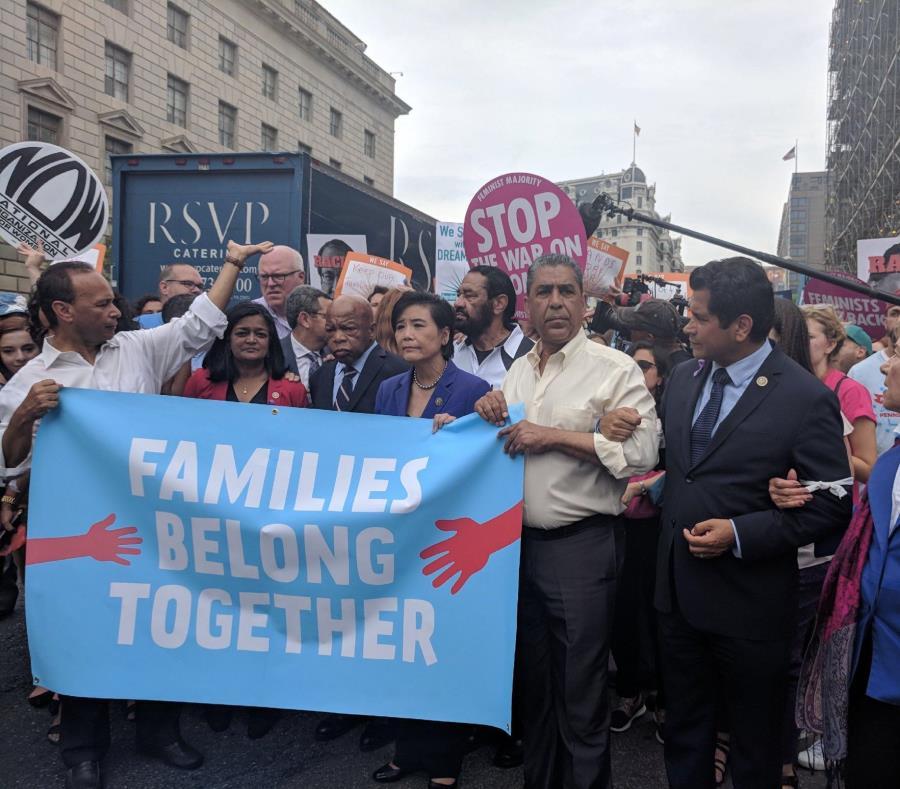 El congresista boricua Luis V. Gutiérrez (extrema izquierda) lideró la protesta en la que participaron otros colegas. (Twitter.com / Luis V. Gutiérrez) (semisquare-x3)